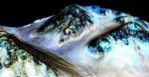 Imágenes de los surcos lineales en las laderas donde los investigadores detectaron firmas de minerales hidratados en el Planeta Rojo / NASA/JPL