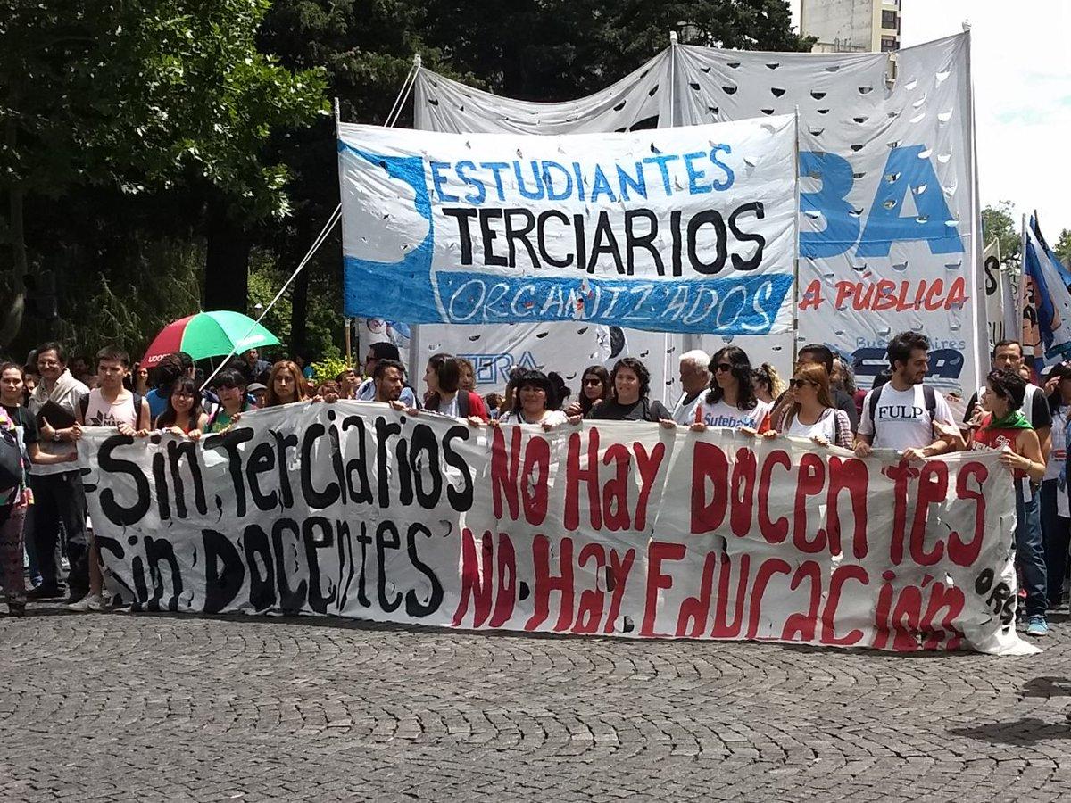 Estudiantes terciarios movilizan contra el cierre de institutos
